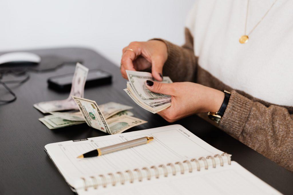 Manos contando dinero