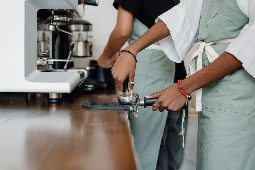Trabajadores haciendo café