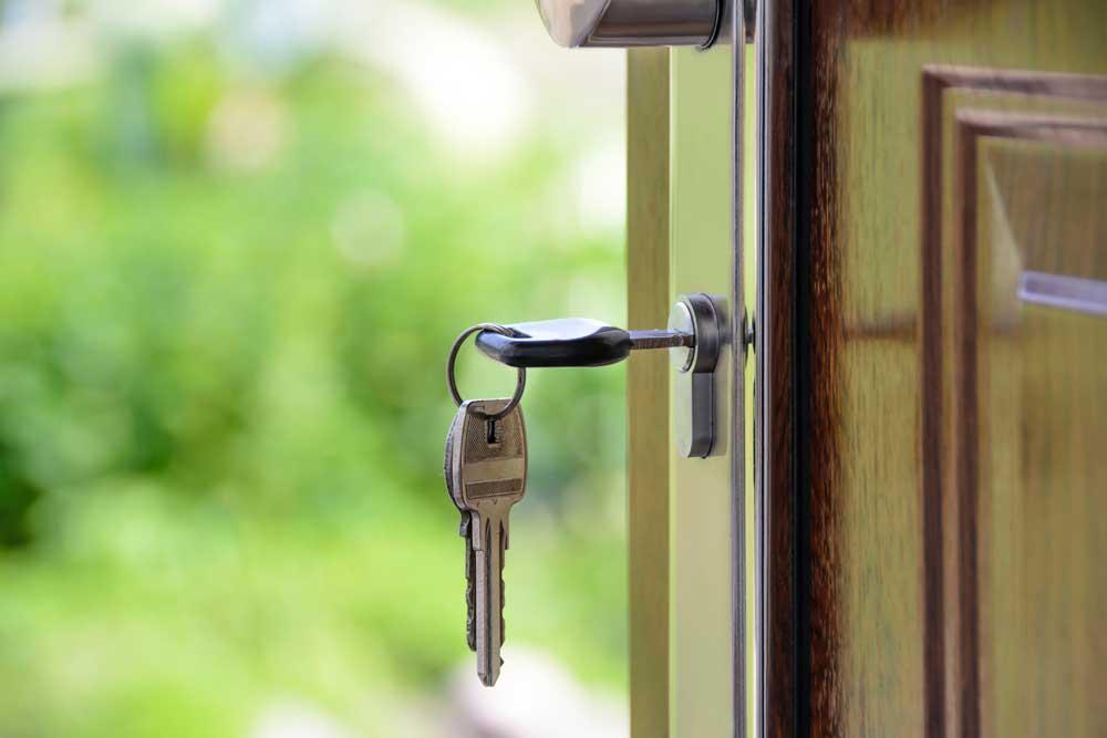 Puerta abierta con la llave en el paño