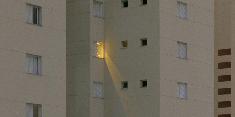 Edificio grande con una ventana con la luz encendida